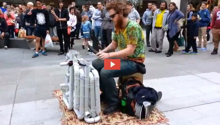 Pipe Guy, l'artista di strada che suona tubi di PVC: INCREDIBILE VIDEO!